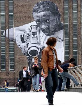 Camera ou arma na mao do homem