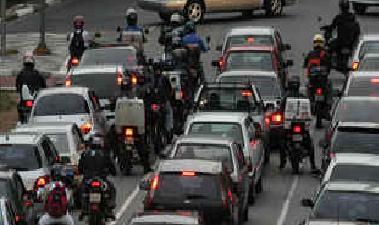 Proibição de motos entre carros em São Paulo
