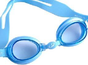 Como desembaçar óculos de natação