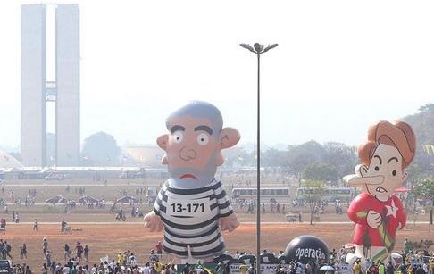 Pixuleca a boneca que apareceu em Brasília no 7 de setembro